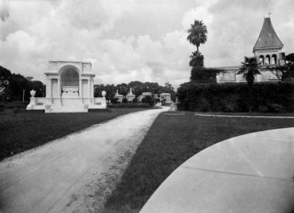 Entering metairie cemetery